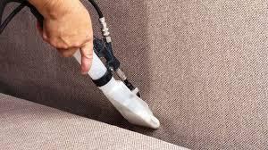 astuce pour nettoyer canapé en tissu comment nettoyer un canapé en tissu côté maison