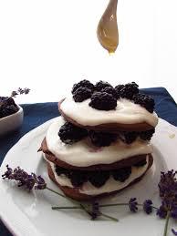 buttermilch buchweizen schoko pancakes mit quarkspeise brombeeren und lavendelsirup