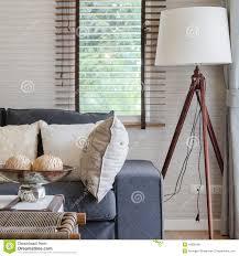 modernes wohnzimmer mit schwarzem sofa und hölzerner le