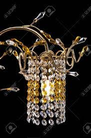 leuchterdetails nahaufnahme für einen modernen innenraum gold kristall kronleuchter für flur wohnzimmer oder schlafzimmer getrennt auf schwarzem