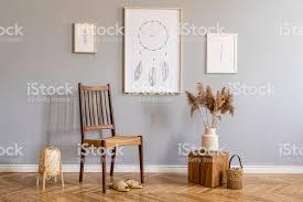 moderne böhmische innenarchitektur wohnzimmer mit retrostuhl rattanle holzwürfel pflanzen blumen mockupplakatrahmen und elegante accessoires