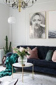 dunkelblaues sofa mit kissen und bild kaufen 12473810