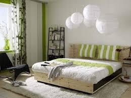 schlafzimmer design farbenwahl grün weiß pendelleuchten