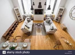 mountain style wohnzimmer mit parkett zwei sofas und