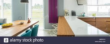 weiß arbeitsplatte und violett heizung in moderne küche mit