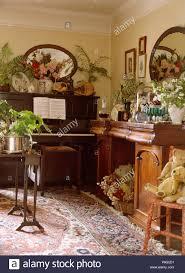 piano und sideboard im 40er jahre stil wohnzimmer mit