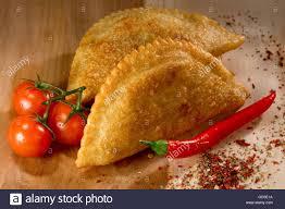 cuisine caucasienne une cuisine caucasienne cheburek tarte sur le fond en bois banque d