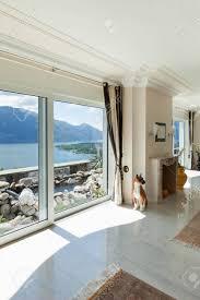 wohnzimmer in luxus haus mit blick auf große fenster auf den see