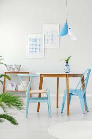 blaue stühle am holztisch im esszimmerinnenraum mit
