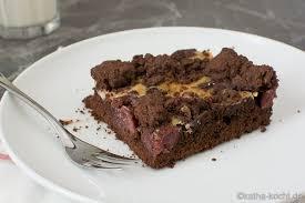 schokoladenkuchen mit kirschen und streuseln vom blech