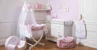 chambre de fille bebe chambre de bébé fille blanc et pale broderie couronne de
