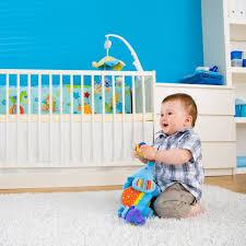 quand mettre bébé dans sa chambre mobilier de la chambre de bébé les 10 indispensables à acquérir