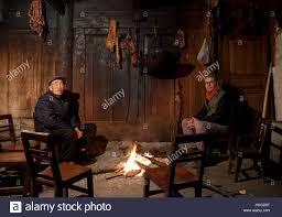 ein alter mann und einem westlichen touristen sitzen am