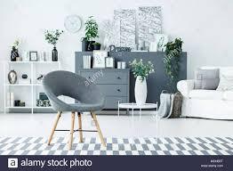 grau stuhl und weißes metall tisch mit blumen in keramik