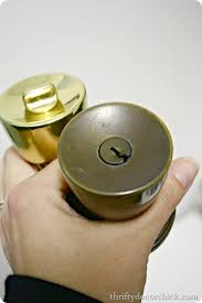 How to spray paint brass door knobs from Thrifty Decor Chick