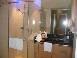 badezimmer m großer begehbarer dusche bild hotel