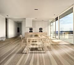 esszimmer mit hellem holzboden contemporary dining room