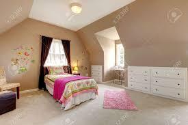 großer brown baby schlafzimmer mit bett rosa und beige teppich