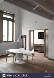 innenansicht der ein modernes wohnzimmer mit blick auf die