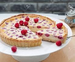 himbeeren heidelbeeren und weißer schokolade torte auf einem weißen teller selektiver fokus