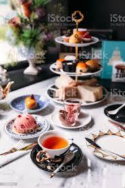 englisch am nachmittag teeset inkl gebäck scones sandwiches und mini torten auf top marmortisch stockfoto und mehr bilder alt