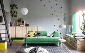 ein wohnzimmer mit einem grünen sofa ablagetisch und
