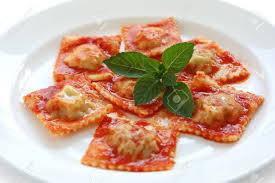la cuisine des italiens ravioli à la sauce tomate la cuisine italienne banque d images et