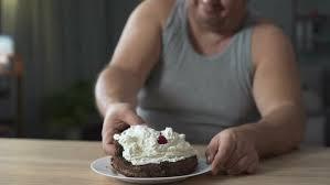 fettleibige person essen kuchen mit schlagsahne gierig und schnell sucht chipleader auf envato elements