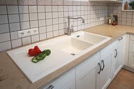 weiße keramikspüle in landhausküche farmhouse kitchen