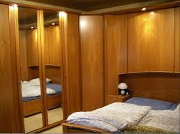 schlafzimmer mit überbau betten und schränke holz