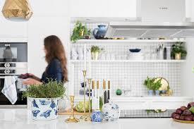 moderne küche in weiß mit klassischer bild kaufen