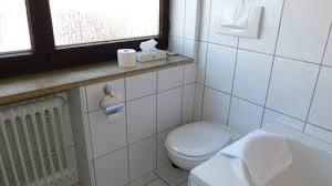 toilette und fensterbank bild hotel am hopfensee
