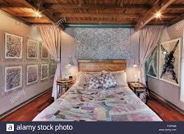 bett und kunst hängen an den wänden im schlafzimmer