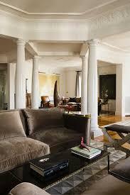 sofa mit grauem samtbezug und couchtisch bild kaufen