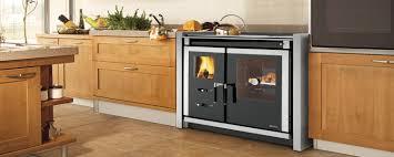cuisine poele a bois la cuisinière à bois pour cuisiner et chauffer votre pièce