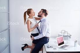 sexe au bureau faire lamour au bureau photos et plus d images de 2015 istock