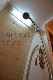 heiße dusche in einem dusche reisender of of leben