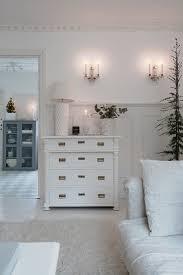 antike kommode im wohnzimmer in weiß mit buy image