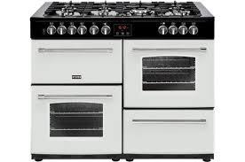 cuisiner au gaz ou à l électricité piano de cuisson avec four électrique darty