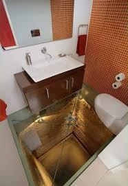 nervenkitzel im bad durch den glasboden kann in die