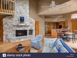 stein kamin zwischen wohnzimmer und esszimmer