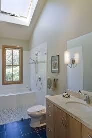 kleines bad fenster oberlicht badewanne und dusche glas