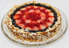 ein käse kuchen mit erdbeeren heidelbeeren und johannisbeeren dekoriert
