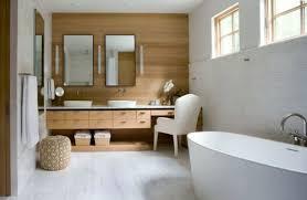 getaucht in farben weiße farbe im badezimmer