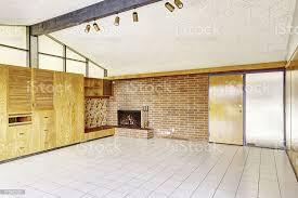 leere wohnzimmer mit wandbordüre und kamin stockfoto und mehr bilder architektur