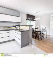 küche offen zu esszimmer stockbild bild vorhang 84241033