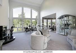 wohnzimmer mit einem großen fenster wohnzimmer im luxushaus