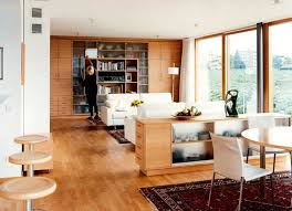 holzwand im wohnzimmer aus einbauschränken schöner wohnen