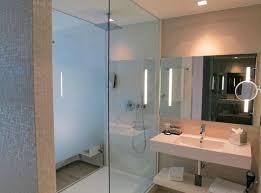 badezimmer mit grosser dusche bild barceló hamburg