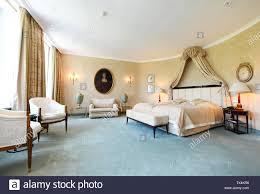 schlafzimmer im bayerischen hotel stockfotos und bilder